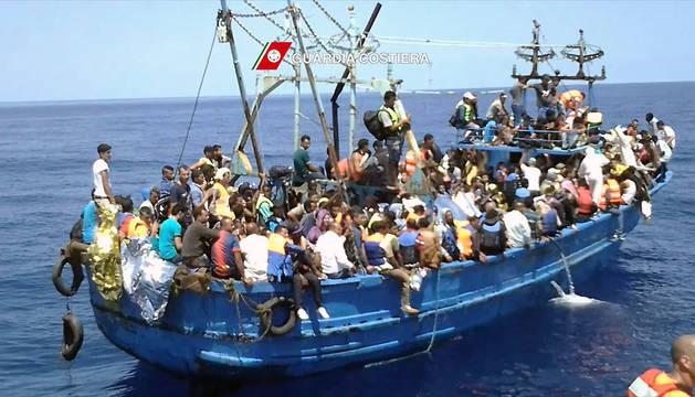 Imagen de la Guardia Costera italiana de un barco de inmigrantes en el Mediterráneo.