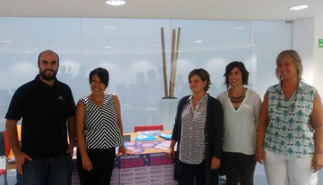 Javier Álvarez (AS Zizur), Pilar García (Geroa Bai ), Maite Artázcoz (trabajadora social), Eugenia Astiz (coordinadora del programa) y Alicia Asín (EH Bildu)
