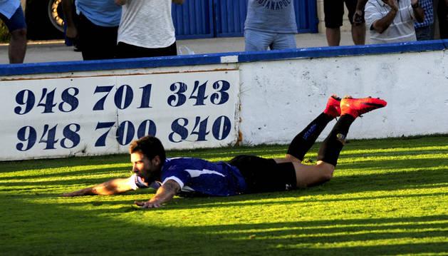 Isaac Manjón celebra su gol contra el Lealtad.