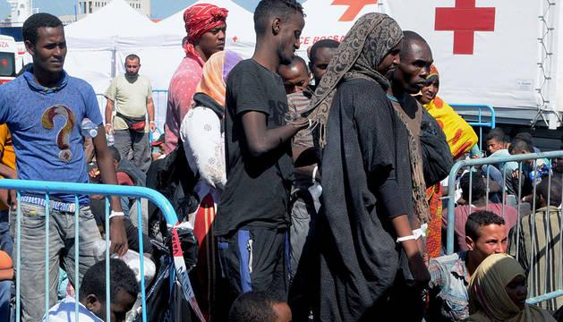 Parte de los 400 inmigrantes rescatados aguardan en Catania.