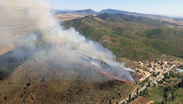 El fuego se acercó a las viviendas de Mués.