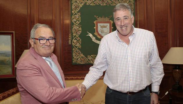 Luis Sabalza, junto a Joseba Asirón.