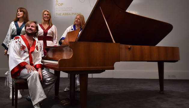 Aspirantes para protagonizar un musical de Abba, junto al piano.
