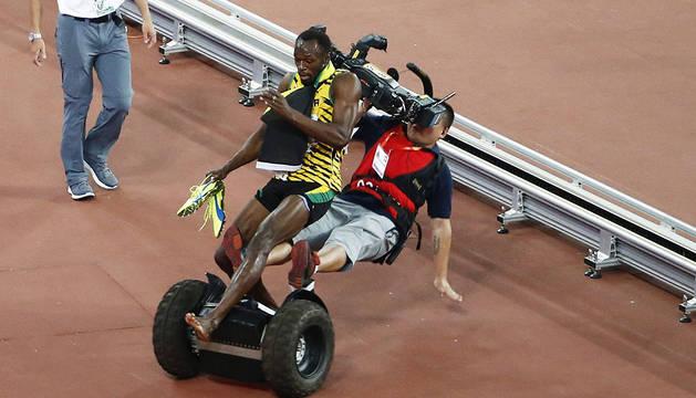 Usain Bolt, tras chocar con el cámara.