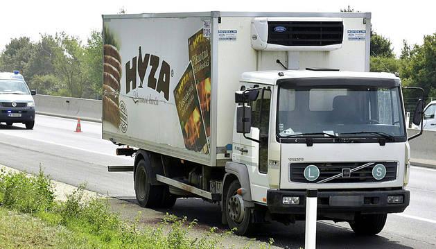El camión frigorífico donde viajaban los inmigrantes fallecidos.