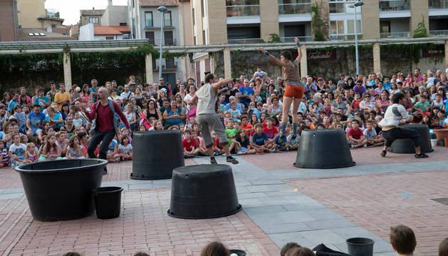 El grupo Rasoterra, rodeado de público en la plaza de los Fueros.