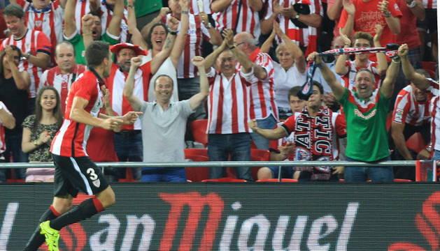 Gorka Elustondo celebra su gol con la afición.