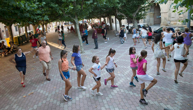 Los participantes ensayan uno de los bailes bajo la mirada José Luis Balmasera.