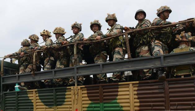 Camión de soldados en la India