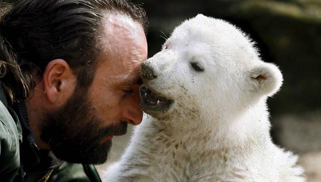 El oso 'Knut' y su cuidador, Thomas Doerflein.