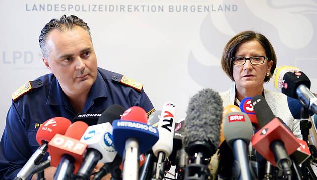 El director de la Policía de Burgenland y la ministra del Interior austríaca.