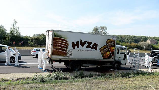 Los forenses, trabajando en el camión.