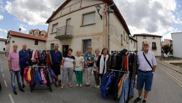 Los miembros del ropero de Beriáin frente a su sede.
