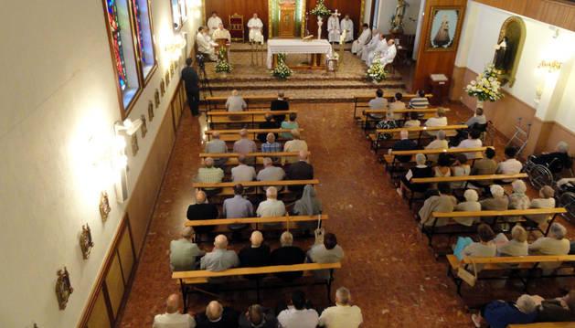 Los asistentes llenaron la capilla de la residencia durante la misa.