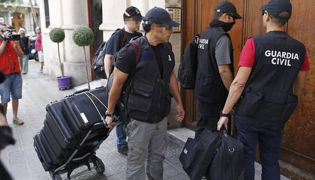 Agentes de la Guardia Civil registran la sede de la fundación de Convergència.