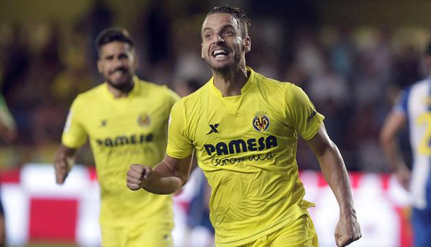 El delantero del Villarreal Roberto Soldado celebra su gol