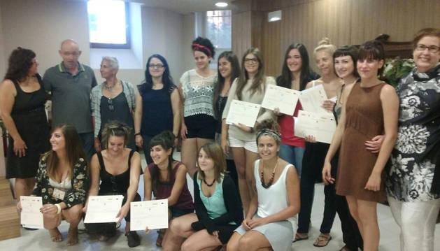 Las alumnas posaron con sus diplomas al finalizar el acto.