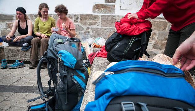 La mochila de Mike Eckl, en primer plano, pesa 13,4 kilos.