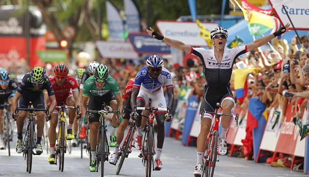 Jasper Stuyven celebra su triunfo en Murcia.