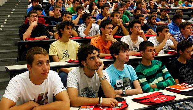 Alumnos de la UPNA escuchan las explicaciones el primer día de clase de 2011.