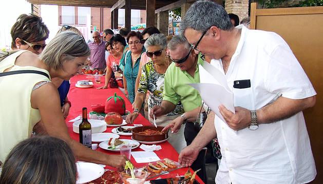 El jurado cata los platos elaborados con tomate que se presentaron al concurso.