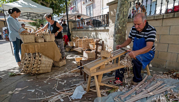 Los vecinos contemplaron en directo el trabajo de algunos artesanos.