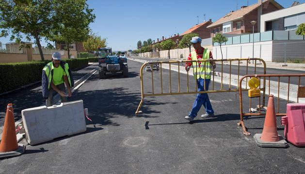 Dos operarios trabajan en la mejora del acceso a Tudela.