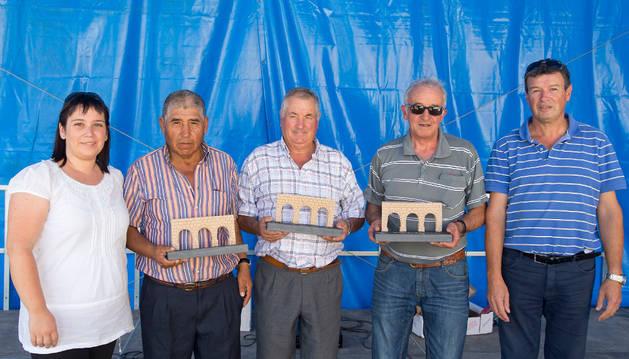 Los tres pastores homenajeados posan con los organizadores.