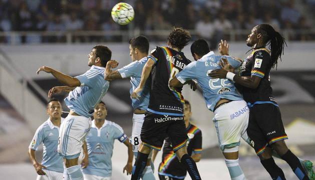Los jugadores del Celta de Vigo pugnan por un balón con los del Rayo Vallecano.
