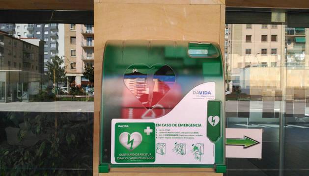 El desfibrilador colocado en la fachada del Ayuntamiento.