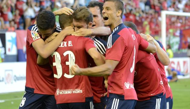 Los jugadores de Osasuna celebran el gol de Berenguer.