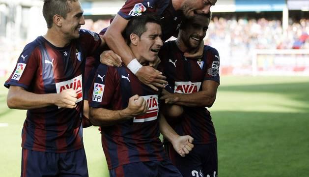 Los jugadores del Eibar celebran el gol de Saúl Berjón.