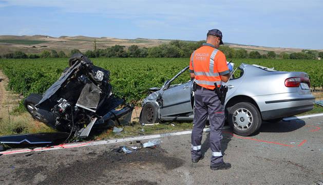 Un agente del Equipo de Atestados, junto a los vehículos accidentados.