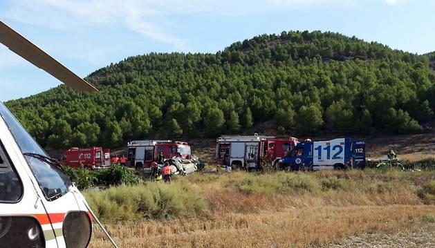 Un helicóptero y varias ambulancias acudieron al lugar del accidente.