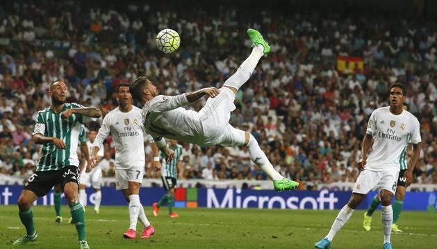 Sergio Ramos intenta marcar un gol.