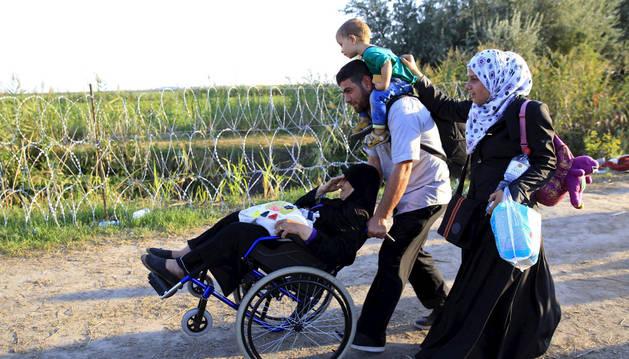 Unos inmigrantes, entre Hungría y Serbia.