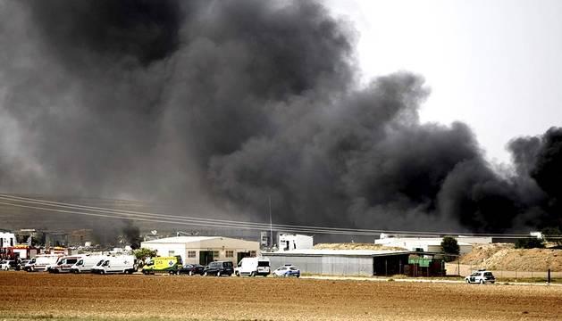 Una gran humareda cubre la zona de la explosión en la empresa Pirotecnia Zaragozana