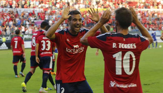 Javi Flaño y Roberto Torres celebran un gol.