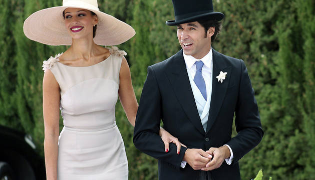 Cayetano Rivera Ordóñez y Eva González, a su llegada a la boda de Francisco Rivera con Lourdes Montes.