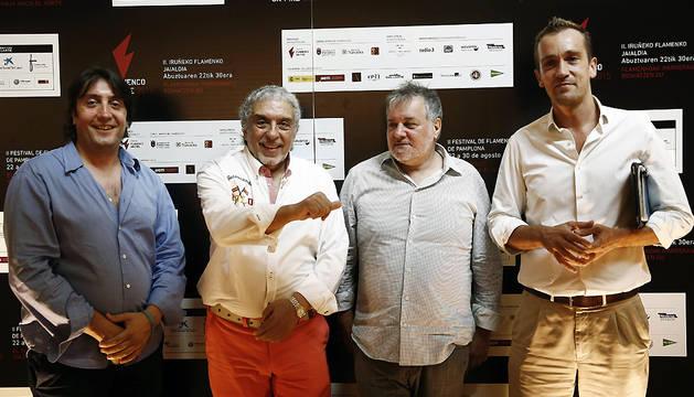 El compositor extremeño y director de la European Romani Sympfonic Orchestra, Paco Suárez (2i), junto al director gerente de la Fundación Baluarte, Javier Lakunza (d), Miguel Morán (2d), y Ricardo Hernández (i).