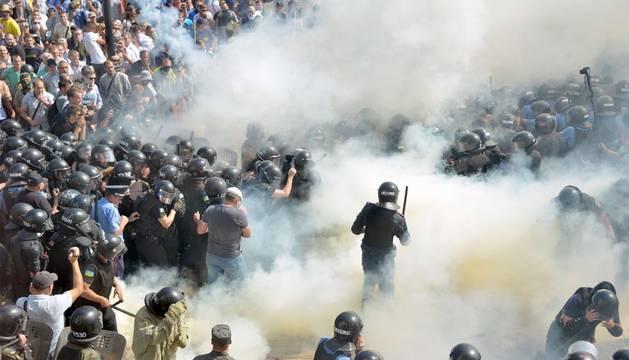 Un muerto en los enfrentamientos junto al Parlamento ucraniano