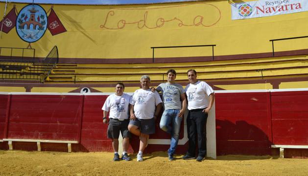 Desde la izda., Pablo Gastón Marzo, Adrián Vaquero Díaz; el alcalde, Pablo Azcona; y Antonio Campo, presidente de la peña Lodosa por el Toro.