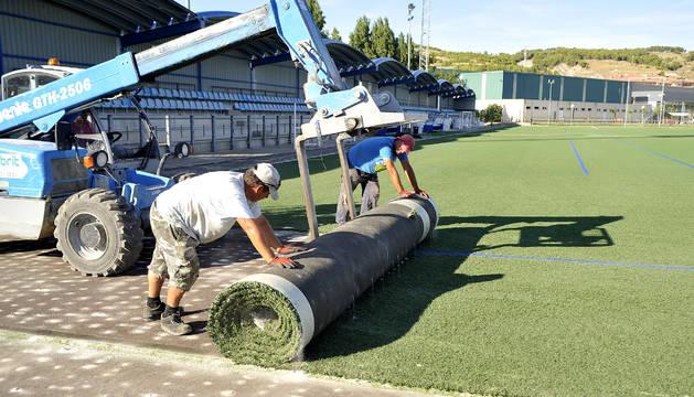 Operarios en los momentos iniciales de los trabajos de mejora del campo de fútbol de Peralta.