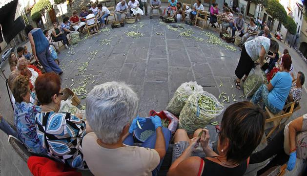 Desgrane tradicional de pochas tras el consistorio sangüesino en la edición de 2013.