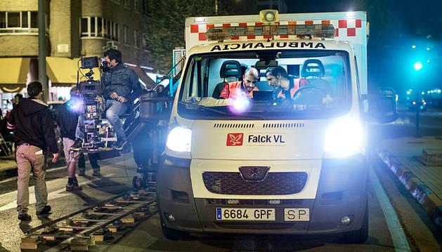 Rafa Ordorika (izda.) y Ernesto Alterio en la ambulancia, durante el rodaje en Pamplona.