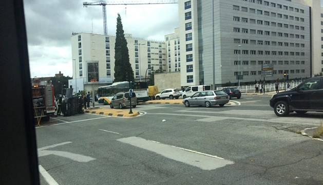 Vuelco de un vehículo en la avenida Pío XII de Pamplona