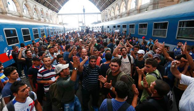 Cierran en Budapest la estación de tren tras salida masiva de refugiados