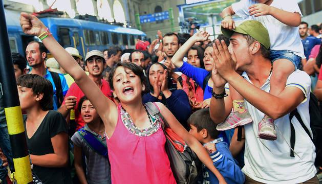 Inmigrantes en la estación de tren de Budapest.