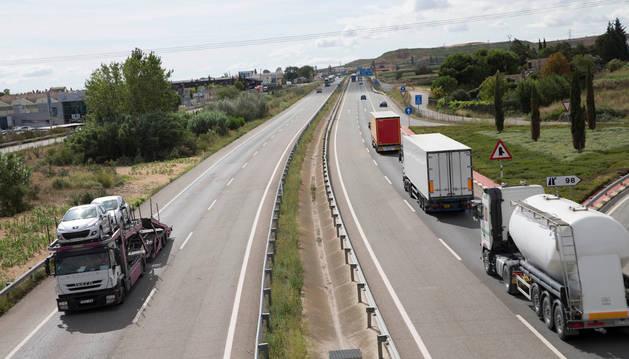 Varios camiones circulan por la autovía A-68 en el tramo que se va a mejorar en la variante de Tudela.