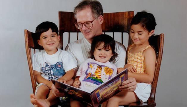 Hal junto a sus hijos en la peculiar mecedora triple